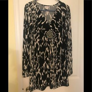 Extra Long Black/White Yvos Knit Top w/Medallion